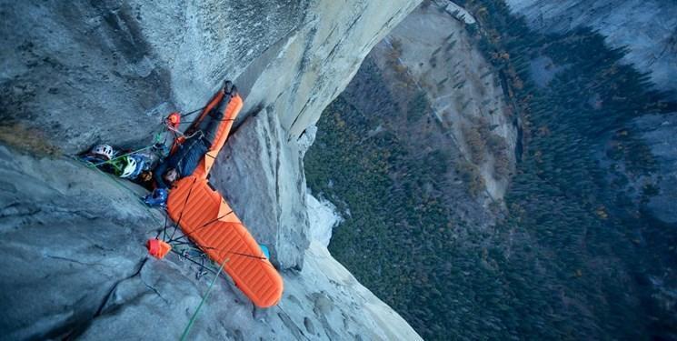 با این تخت خواب بادی از کوه آویزان شوید و بخوابید