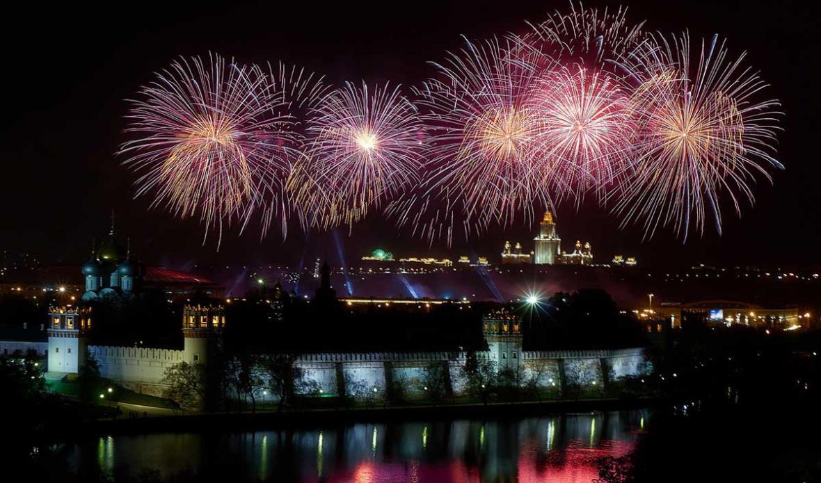 جشن روز پیروزی روسیه همراه با آتش بازی