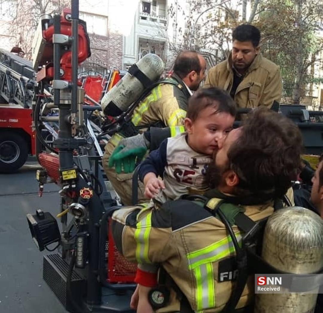 آتش سوزی در یک ساختمان 5 طبقه، مادر و کودک نجات یافتند