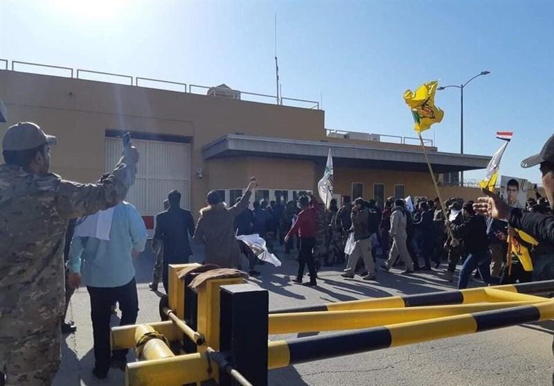 خروج معترضان از مقابل سفارت آمریکا در پی درخواست حشد شعبی برای احترام به تصمیم دولت
