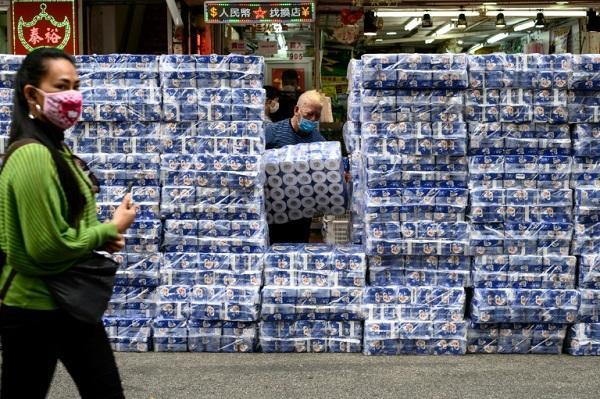پاسبانی پلیس از جعبه های دستمال کاغذی در هنگ کنگ، دزدان با سلاح سرد دستمال کاغذی می دزدند