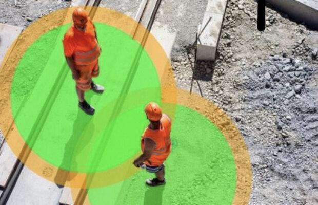 دستبندهای مخصوص فاصله گذاری اجتماعی را به کارگران هشدار می دهد