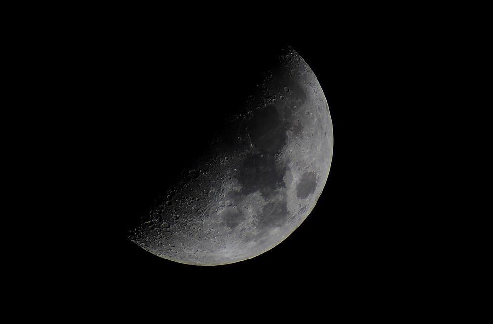 رازِ نیمه تاریک ماه