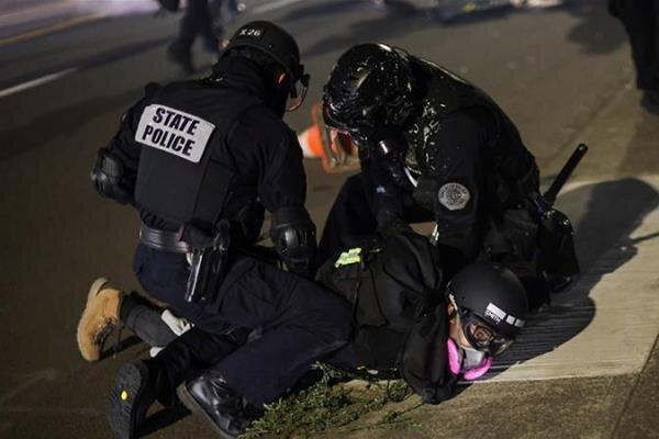 پلیس آمریکا دههامعترض را در پورتلند اورگن بازداشت کرد