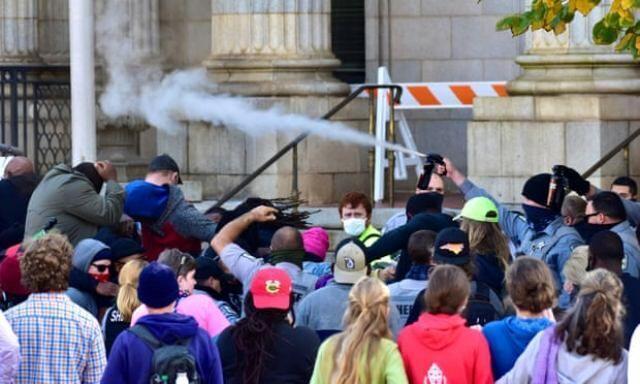 استفاده از گاز فلفل برای متفرق کردن مخالفان ترامپ در کارولینای شمالی